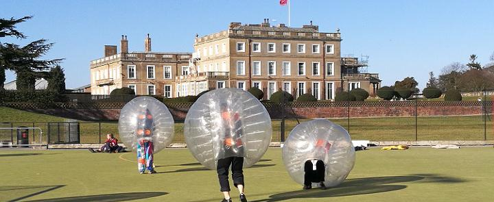 Zorb-Fußball an der Queen Margaret's School | Dickinson School Consulting